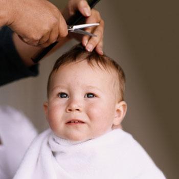 El-primer-corte-de-pelo-del-bebé